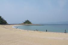 美しいビーチや灯台、教会のある長崎の島、伊王島の日帰り旅行の画像